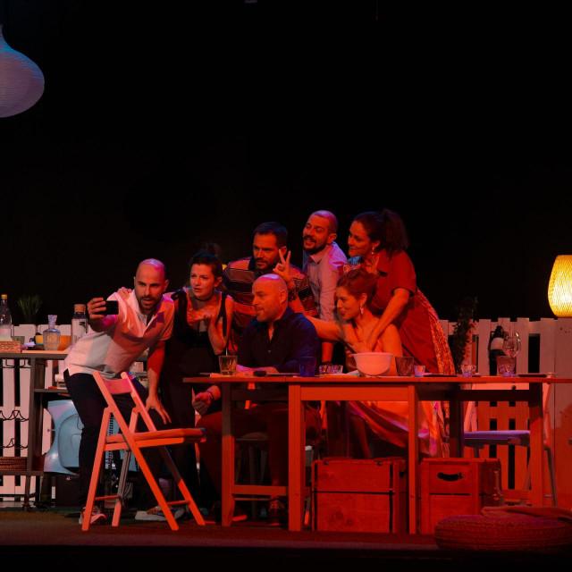 Luda kuća, predstava