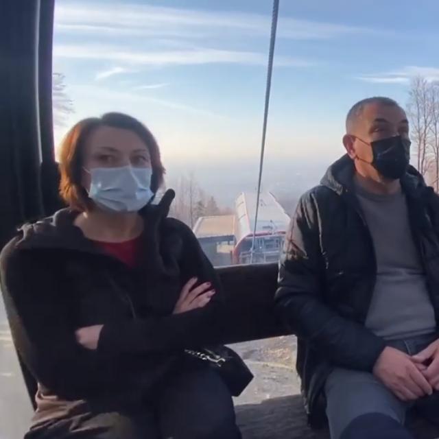 Jelena Pavičić Vukičević i Ivica Lovrić tijekom vožnje žičarom