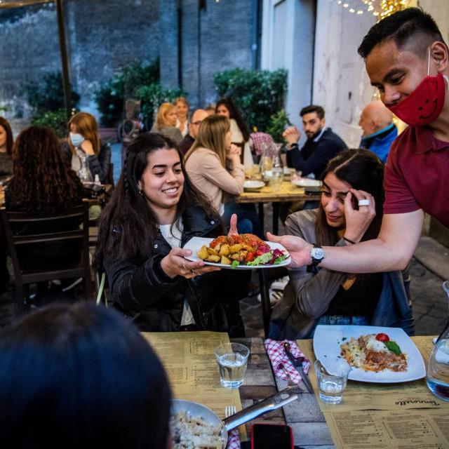 Talijani uzivaju u večeri na terasi restorana nakon četrdesetak dana lockdowna