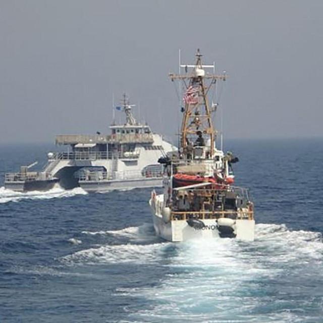 Brod IRGCN-a Harth 55 (lijevo) i USCGC Monomoy (desno)