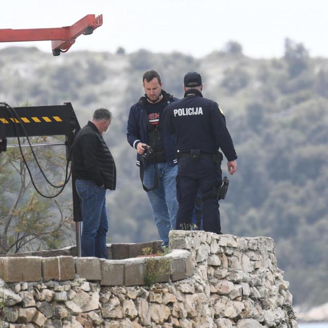 U mjestu Vinišće u moru se nalazi automobil u kojem je tijelo jedne osobe.<br /> Policija vrši očevid.