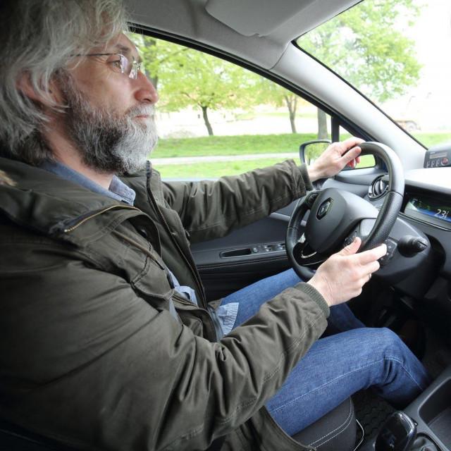 Novinar Nikola Patković u električnom automobilu Renault Zoe