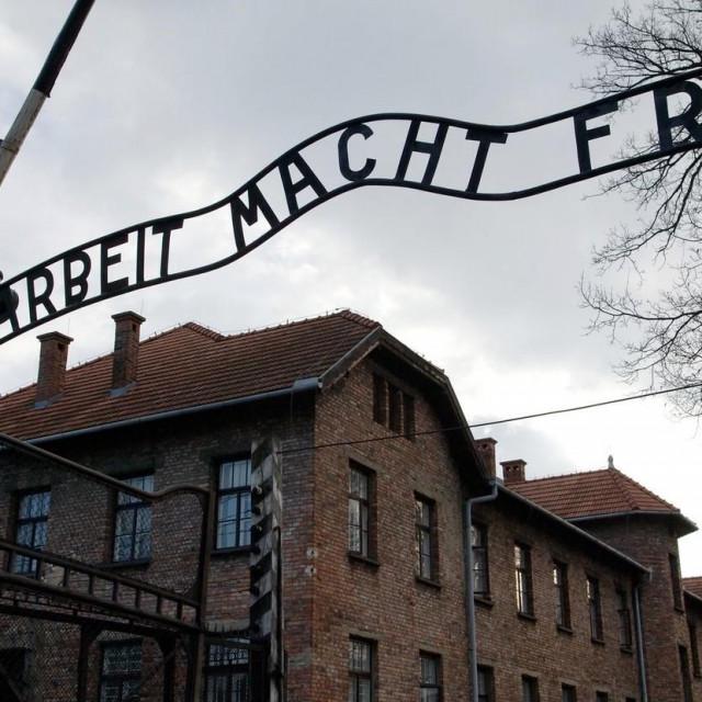 Glavni ulaz u Auschwitz