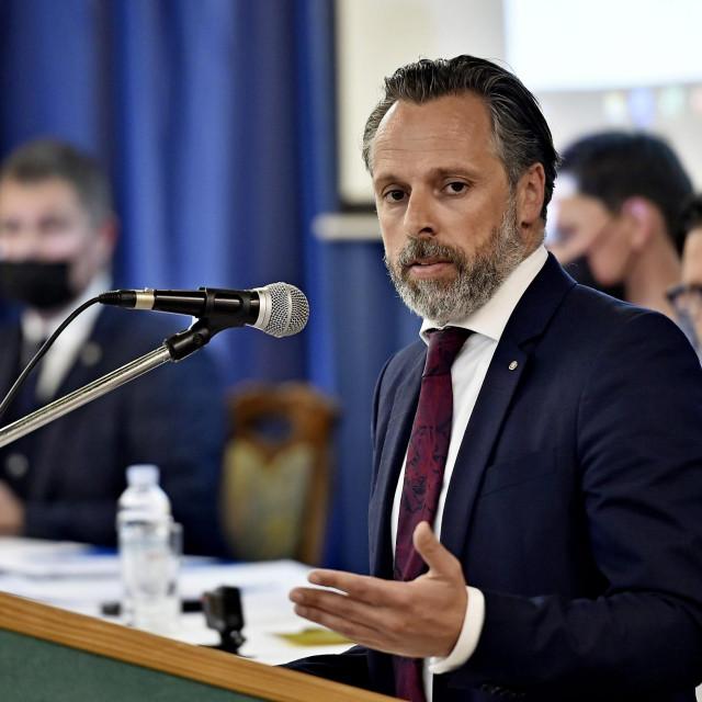 Predsjednik Hajduka Lukša Jakobušić i predsjednik Saveza Marko Erceg u pozadini<br /> <br />