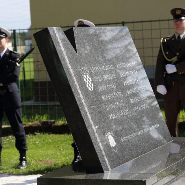 Spomenik dvanaestorici ubijenih hrvatskih redarstvenika u Borovu