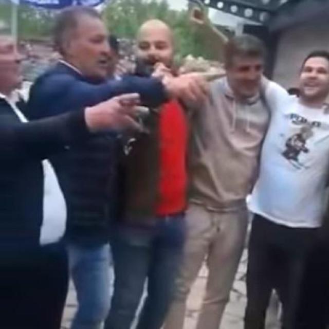 Mamići pjevaju Hajdukovu himnu