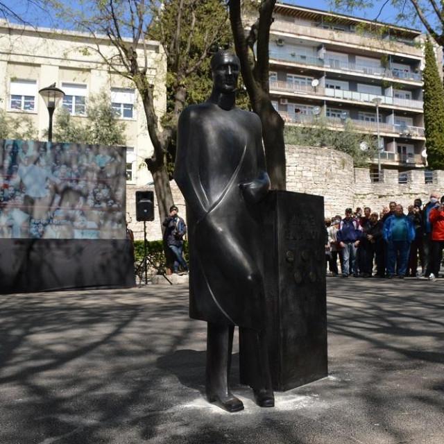 Spomenik Mati Parlovu