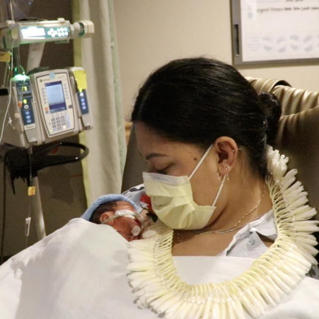 Mama i beba rođena u avionu