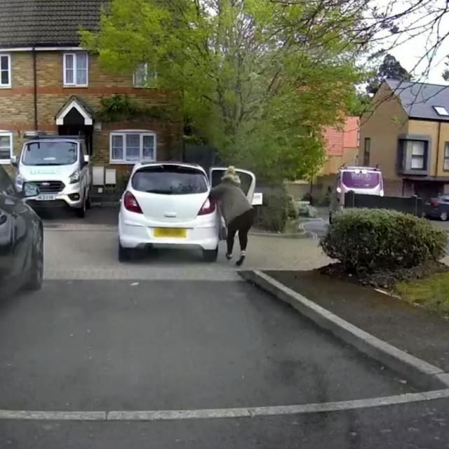 Žena iz Britanije trčala je uz automobil koji se otkotrljao zbog popuštanja ručne<br />