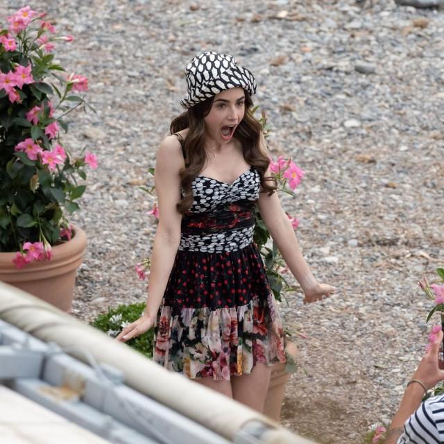 Lily Collins na snimanju druge sezone serije 'Emily u Parizu'