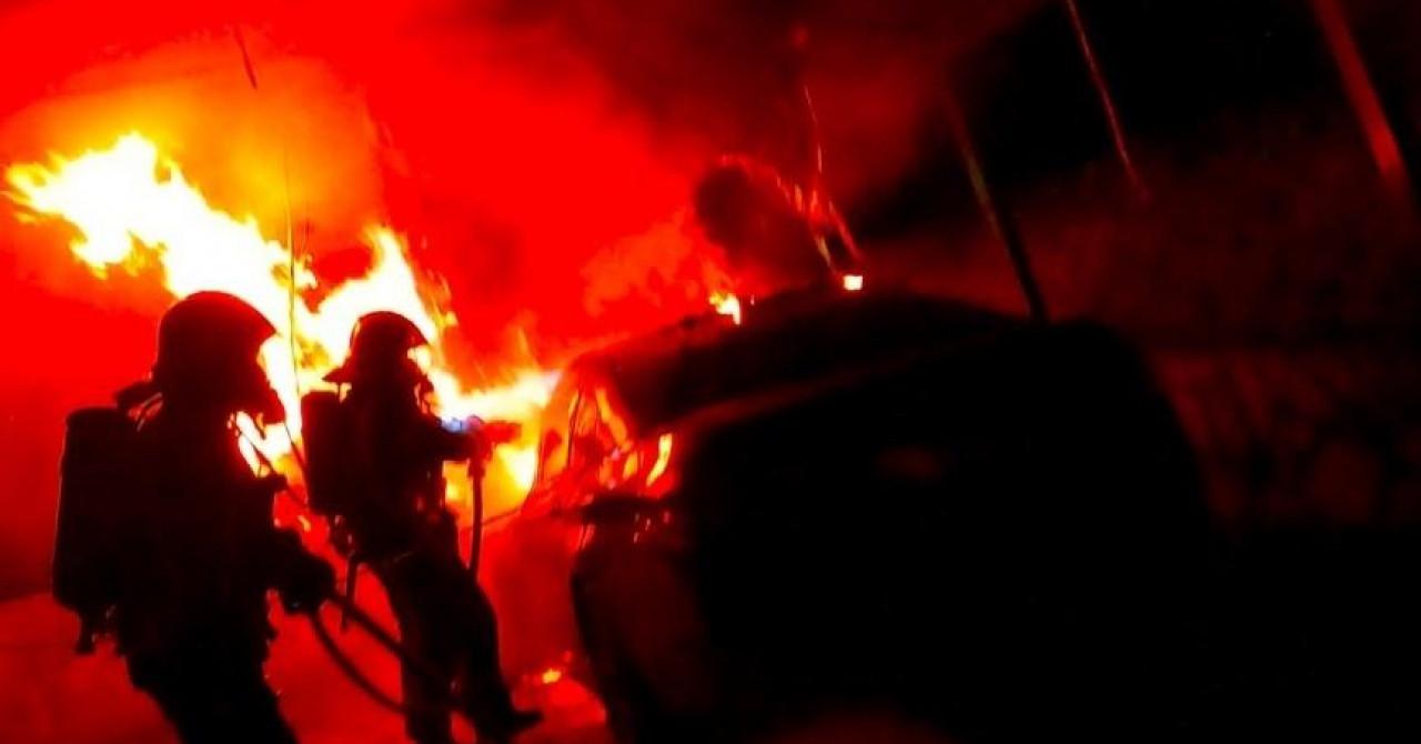 U Zagrebu tijekom noći izgorio BMW. Vatra zahvatila i plastičnu nadstrešnicu
