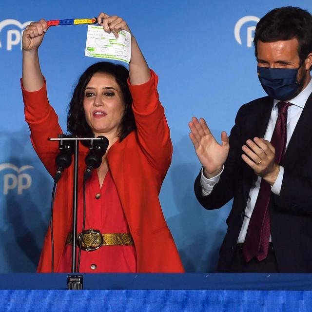 Isabel Díaz Ayuso na proslavi pobjede s liderom PP-a Pablom Casadom