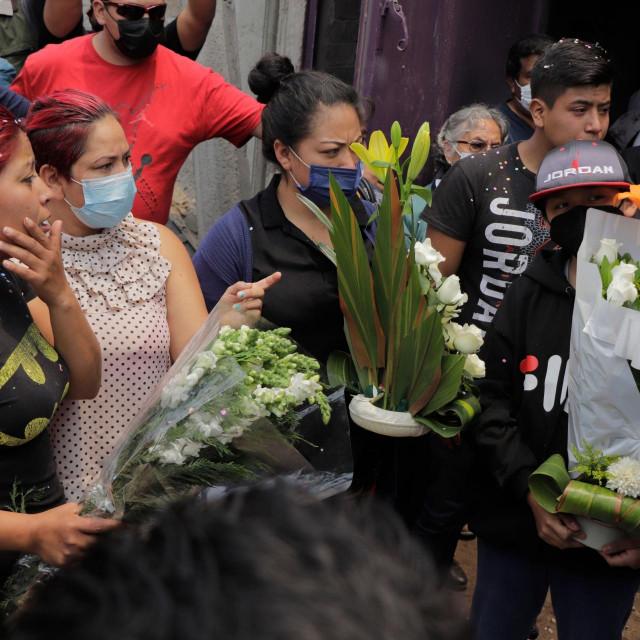 Obitelji pokapaju preminule u velikoj nesreći u Mexico Cityju