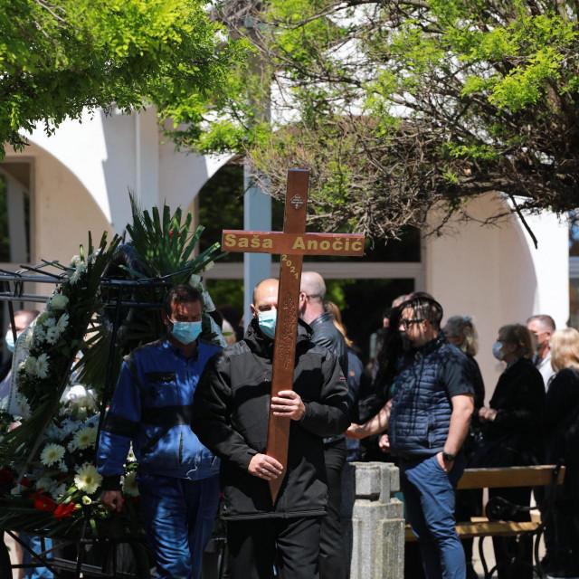 Sprovod glumca i redatelja Saše Anočića na starom Aninom groblju.
