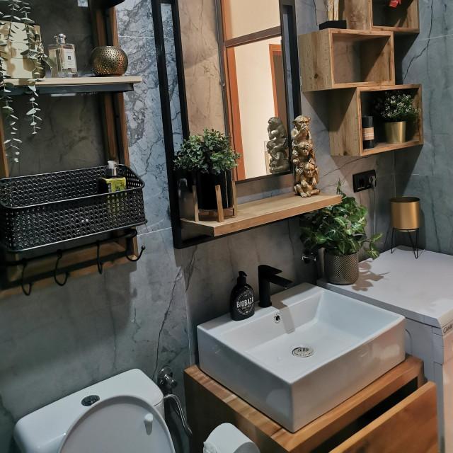 Dizajn, boja i materijal elemenata usklađivali su se s ormarićem izrađenim od hrasta, što je i bila želja vlasnika