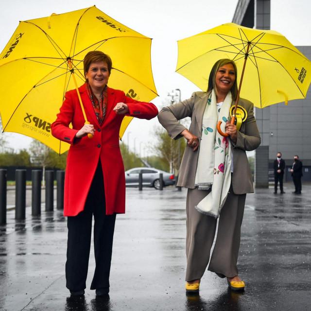 Prva ministrica Škotske i predsjednica Škotske nacionalne stranke Nicola Sturgeon čestita kandidatkinji na izborima za parlament Kaukab Stewart na izborenom mandatu
