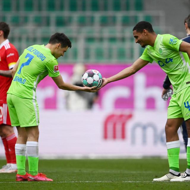 Maxence Lacroix uručuje loptu s potpisima svih igrača Josipu Brekalu