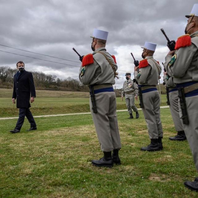 Macron i vojnici, Ilustracija