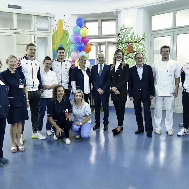 Zagreb, 161019.<br /> Klinika za djecje bolesti, Klaiceva 16.<br /> Donacija INA-e Klinici za djecje bolesti za prosirenje i podizanje kvalitete dnevne bolnice za djecju i adolescentnu psihijatriju. Iznos donacije je 100 tisuca kuna.<br /> Na fotografiji: sportasi i osoblje bolnice.<br />
