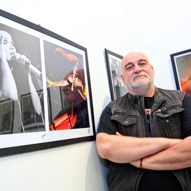 Rijeka, 280412.<br /> Veceras je u galeriji Palach otvorena konceptualna izlozba koncertne fotografija Straight to RnR/Objektivom u Rock n Roll. Autori izlozbe su Anastazija Vrzina i Zeljko Jelenski.<br /> Na slici: jedan od autora, Zeljko Jelenski.<br />