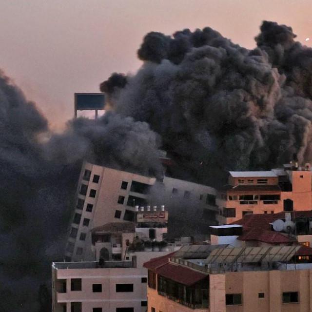 Rušenje višekatnice u Gazi