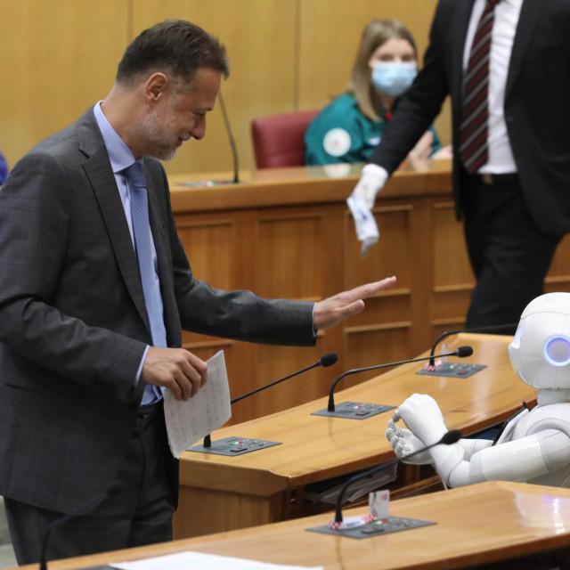 """""""Khm! Oprostite! Povrijeđen je članak broj 238 Poslovnika"""", oglasio se robot Pepper tijekom obraćanja predsjednika Sabora Jandrokovića"""