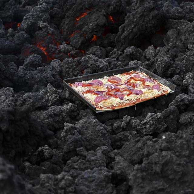 Pizza majstor iz Gvatemalu peče pizzu na vulkanu