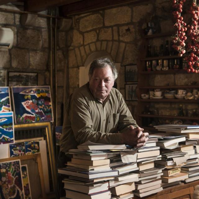 Slikar Stipe Nobilo u svojoj kući, renesansno-baroknom ljetnikovcu, u Lumbardi na Korčuli<br />