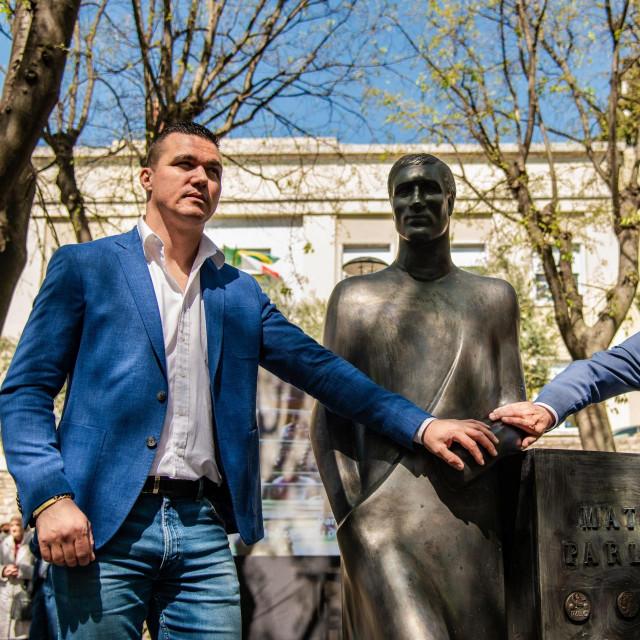Matko Parlov i Boris Miletić kraj spomenika Mati Parlovu