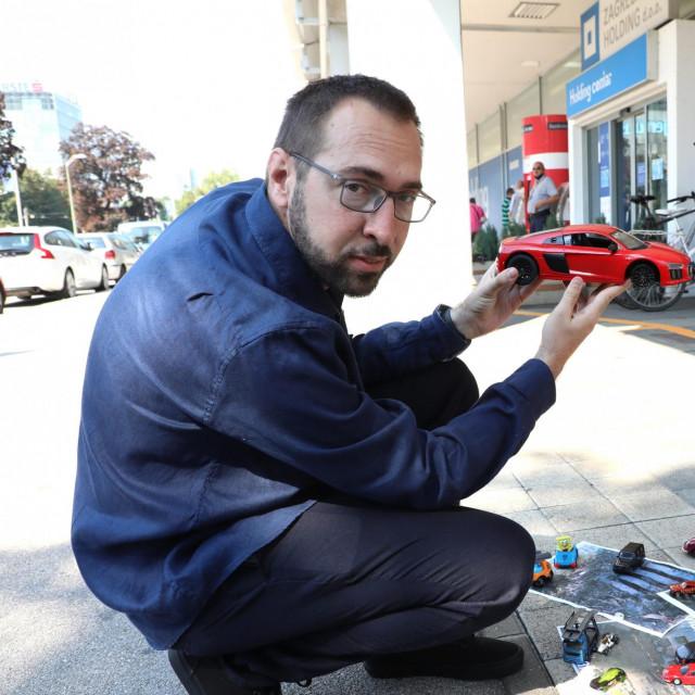 Tomislav Tomašević je lani ispred Holdinga izveo performans povodom nabave novih automobila u Zagrebu
