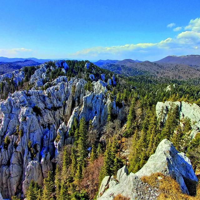 Pogled s 1335 metara visokog vrha Bijelih stijena.
