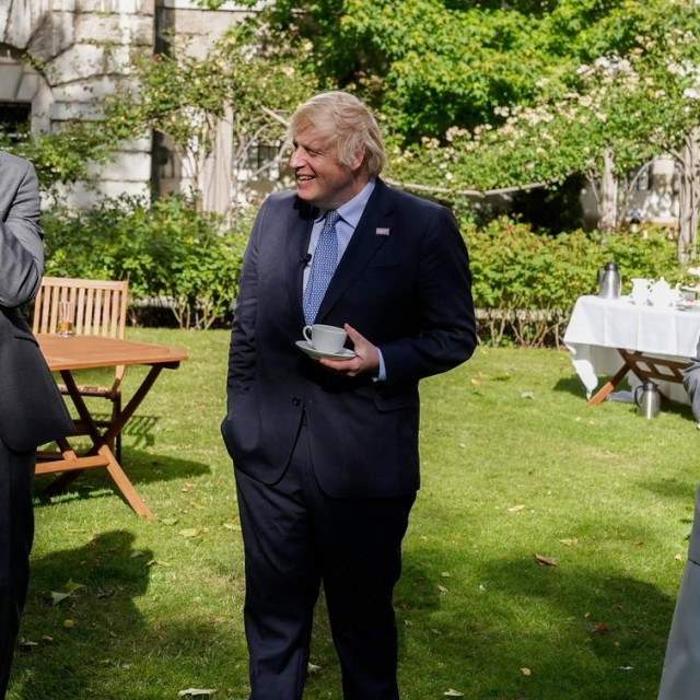 Medicinska sestra Jenny McGee (desno) pored britanskog premijera Borisa Johnsona (sredina)