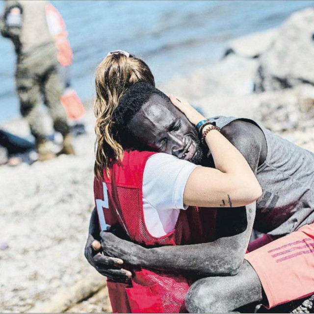 Volonterka Crvenog križa i iscrpljeni Senegalac
