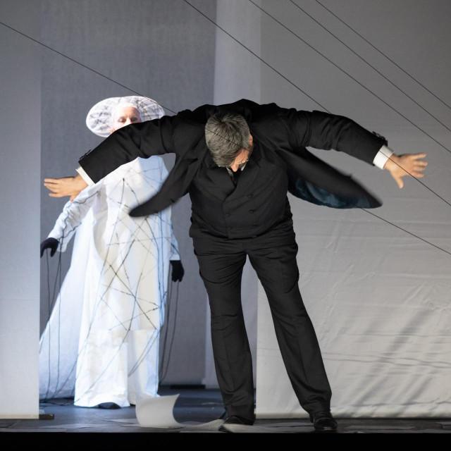 Praizvedba opere Opera po Kamovu.