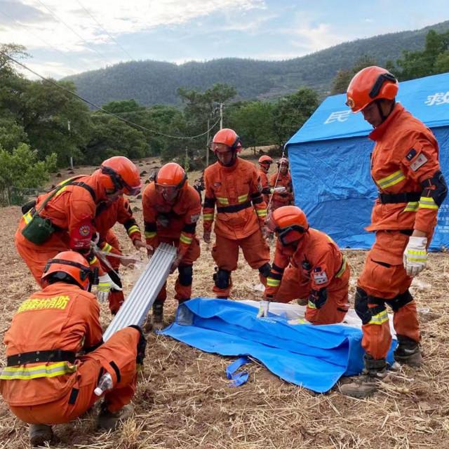 Postavljanje privremenih šatora za ljude koji su u potresu ostali bez domova