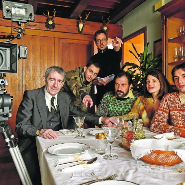 Manojlović glumi strica, redatelji su David Kapac i Andrija Mardešić, Goran Bogdan je otac, Ivana Roščić majka, a Roko Sikavica sin. Sporedne uloge igraju Kaja Šišmanović, Nikša Butijer, Paško Vukasović i Stojan Matavulj. Film snima Miloš Jaćimović, scenografiju potpisuje Ivana Škrabalo, kostime Ana Savić Gecan, a film će nakon kina stići na HTV