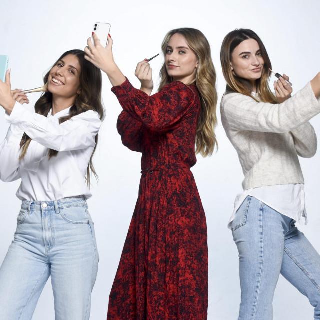 Studentice Ekonomskog fakulteta Lucija Turković, Petra Turković i Ena Bogut, osmislile su mobilnu aplikaciju IRIS, koja pomaže slijepim i slabovidnim osobama pri šminkanju