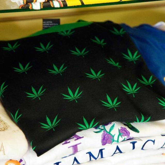 Majica s otisnutom marihuanom, Ilustracija