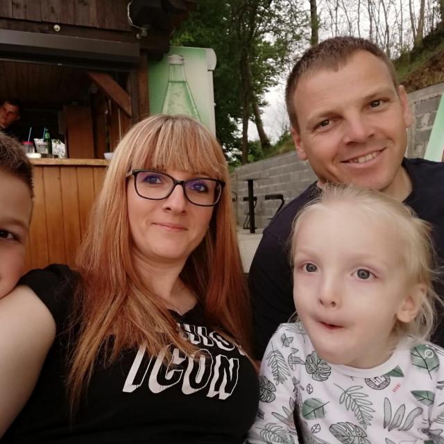 Luka Novak s mamom Katarinom, tatom Marijanom i starijim bratom Dominikom