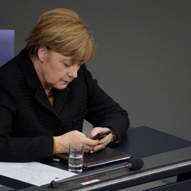 Merkel drži mobitel koji je navodno prisluškivan prije 10 godina