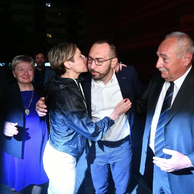 Nakon pobjede, Iva je čvrsto zagrlila i poljubila Tomislava.