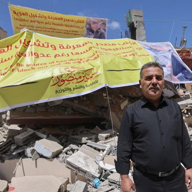 Samir Mansour ispred razorene knjižare