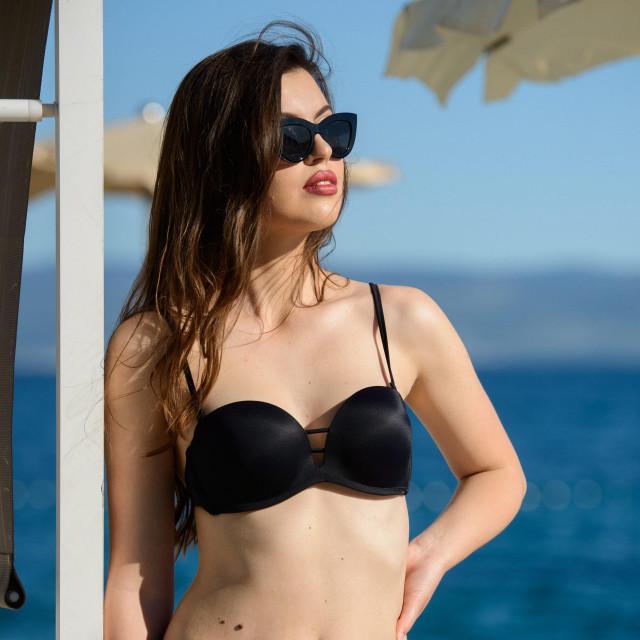 Daniela Šimić, pobjednica izbora za Fotomodel Europe pozira na plaži u Splitu