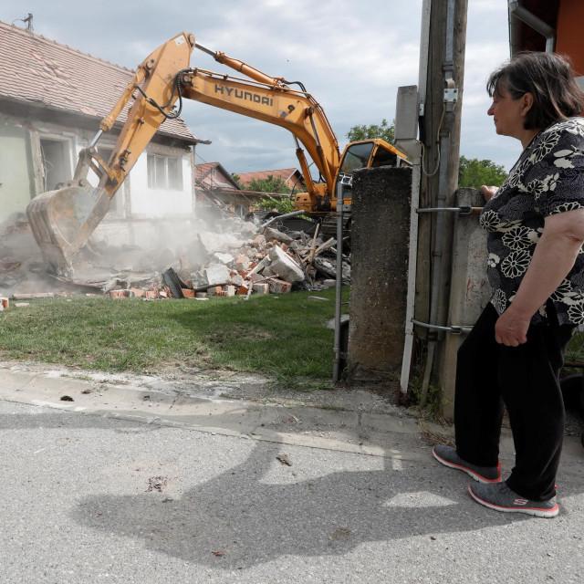 Započelo rušenje kuce oštećene u potresum na slici gospođa Nadica