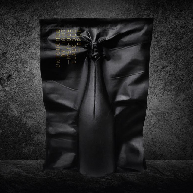 Pjenušac je zapakiran u crnu ambalažu kako do njega ne bi doprlo ni malo svjetlosti.