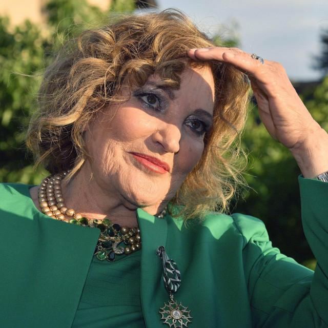 Tereza Kesovija pozira s novim odličjem u vrtu na Tuškancu