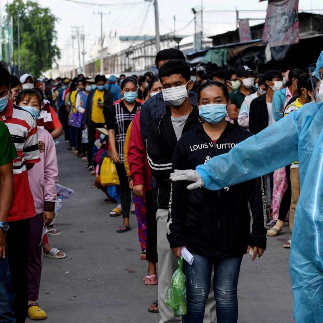 Kinezi čekaju u redu na cijepljenje