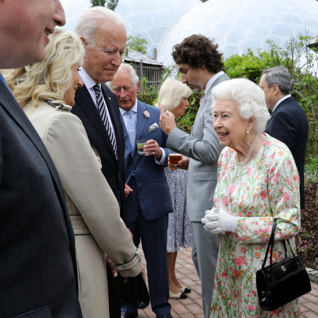 Kraljica Elizabeta razgovara s Joeom Bidenom i njegovom suprugom Jill