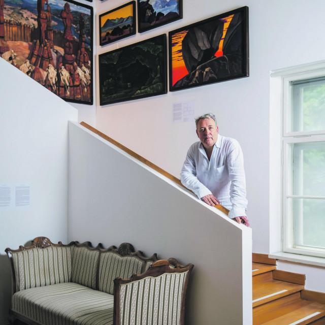 Branko Franceschi ispred slika ruskog umjetnika Nicolasa Roericha