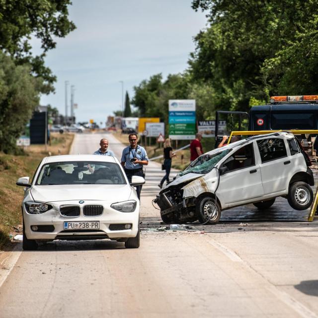 Tar, 230619.<br /> U teskoj prometnoj nesreci na cesti Tar-Porec, poginuo je policajac, a policajka koja je upravljala vozilom tesko je ozlijedjena.<br />